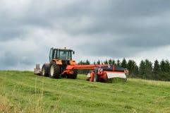 Аграрный трактор с косилкой Стоковые Изображения