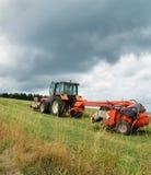 Аграрный трактор с косилкой Стоковая Фотография RF