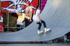 Агрессивная rollerblading конкуренция публика случая Стоковые Фото