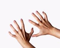 Агрессивные женские руки изолированные на белой предпосылке стоковые фотографии rf