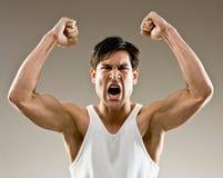 агрессивныйый возбужденный веселить спортсмена стоковое изображение