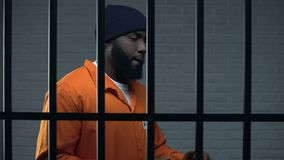 Агрессивный афро-американский пленник в барах обнесенное решеткой места в суде камеры, приговор к пожизненному заключению акции видеоматериалы