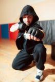 Агрессивный боец улицы показывает его кулак Стоковое фото RF