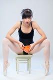 Агрессивный гимнаст сидя на стуле с чашкой Стоковое Изображение RF