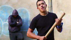 Агрессивный подросток с бейсбольной битой видеоматериал