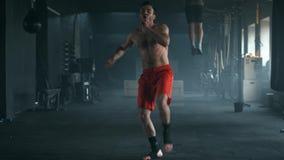 Агрессивный профессиональный бокс тени тренировки бойца бросая порочное дуновение Молодой чемпион практикует акции видеоматериалы