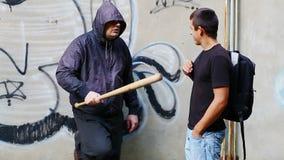 Агрессивный человек при бейсбольная бита разговаривая с подростком акции видеоматериалы