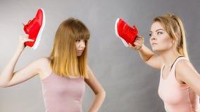 2 агрессивных женщины воюя используя ботинки Стоковые Изображения RF