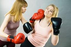 2 агрессивных женщины имея бой бокса Стоковые Изображения RF