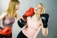 2 агрессивных женщины имея бой бокса Стоковая Фотография RF
