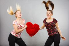 2 агрессивных женщины имея спорят бой держа сердце Стоковые Фото