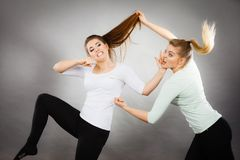 2 агрессивных женщины имея спорят бой Стоковые Фото