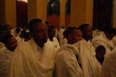 Аддис-Абеба, Эфиопия: Люди следовать обслуживанием рождества на соборе святой троицы Аддис-Абеба стоковые фотографии rf