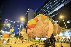 АДМИРАЛИТЕЙСТВО, ГОНКОНГ - 5-ОЕ ОКТЯБРЯ: Дерево зонтика на занимает центральную кампанию на Адмиралитействе, Гонконге 5-ого октяб Стоковая Фотография