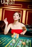 Азартные игры девушки на играя в азартные игры доме Стоковое Фото