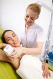 лазер получая детенышей женщины терапией стоковое изображение rf