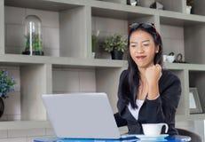 Азиатская дама работая дома Стоковое Изображение