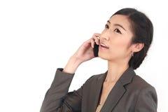 Азиатская бизнес-леди говоря на умном телефоне Стоковая Фотография RF