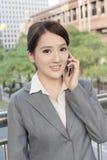 Азиатская бизнес-леди говоря на умном телефоне стоковые фотографии rf