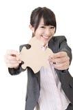Азиатская бизнес-леди держа часть головоломки Стоковая Фотография RF