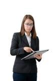 Азиатская бизнес-леди используя изолированную таблетку Стоковое Фото