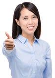 Азиатская бизнес-леди с большим пальцем руки вверх Стоковая Фотография