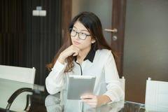 Азиатская бизнес-леди используя таблетку в офисе Стоковое Изображение RF