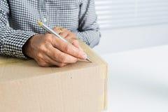 Азиатская бизнес-леди с коробкой пакета стоковые изображения