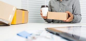 Азиатская бизнес-леди с коробкой пакета стоковая фотография