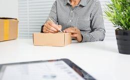 Азиатская бизнес-леди с коробкой пакета стоковое фото