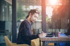Азиатская более молодая независимая работа в домашнем офисе стоковое изображение