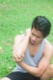 Азиатская боль локтя человека в природе Стоковые Фото
