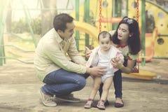 Азиатская весна траты семьи в спортивной площадке стоковое фото rf