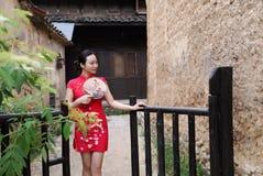 Азиатская восточная восточная китайская красота женщины в cheongsam традиционного старого костюма платья красном в моде культуры  стоковое фото rf