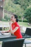 Азиатская восточная восточная китайская красота женщины в cheongsam традиционного старого костюма платья красном в моде культуры  стоковые изображения