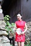 Азиатская восточная восточная китайская красота женщины в cheongsam традиционного старого костюма платья красном в моде культуры  стоковое фото