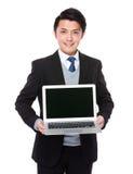 Азиатская выставка бизнесмена с портативным компьютером Стоковая Фотография RF