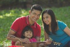 Азиатская вылазка семьи в природе стоковое изображение
