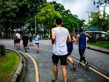 Азиатская группа бегуна Jogging в городе Central Park стоковые изображения