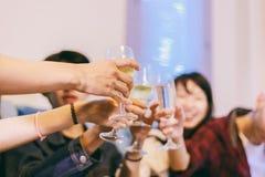 Азиатская группа в составе друзья имея партию с спиртным пивом выпивает a Стоковые Фотографии RF