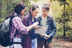 Азиатская группа в составе молодые люди с друзьями укладывает рюкзак walkin стоковое фото rf