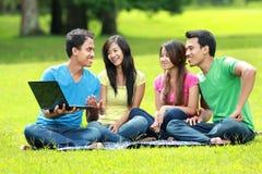 Азиатская группа студентов изучая в парке стоковая фотография rf