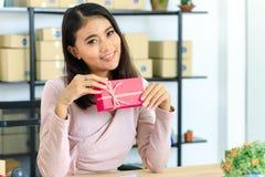 Азиатская дама на теме дня рождения стоковое изображение rf