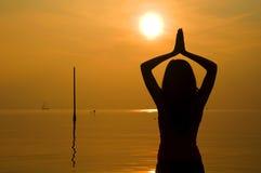 Азиатская девушка выполняя йогу Стоковое фото RF