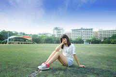 Азиатская девушка в футбольном поле школы Стоковые Изображения RF