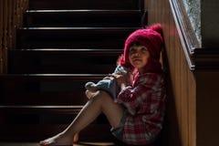 Азиатская девушка играет с куклой стоковые фотографии rf