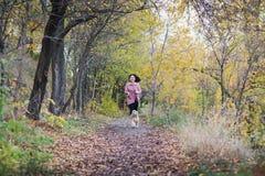 Азиатская девушка идя с ее собакой в парке Стоковое Изображение