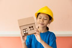 Азиатская девушка имеет гонор, который нужно быть инженер-строителем стоковая фотография