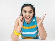 азиатская девушка клетки ее говорить телефона Стоковое фото RF