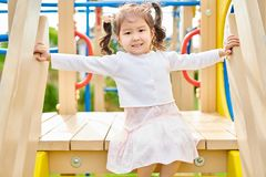 Азиатская девушка на спортивной площадке стоковая фотография rf